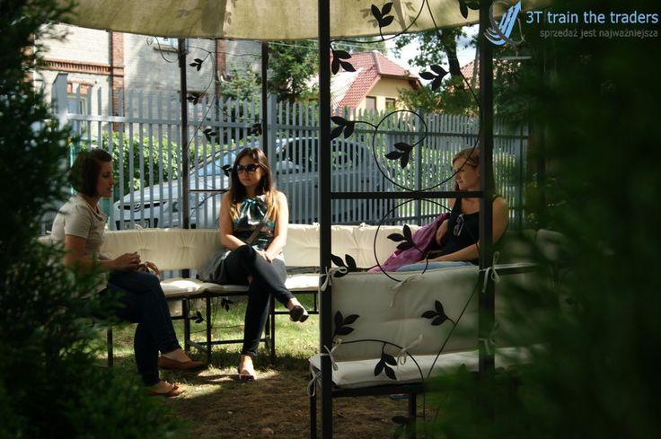 To było lato :) W czasie przerwy można odpocząć w miłym miejscu i spokojnie porozmawiać.