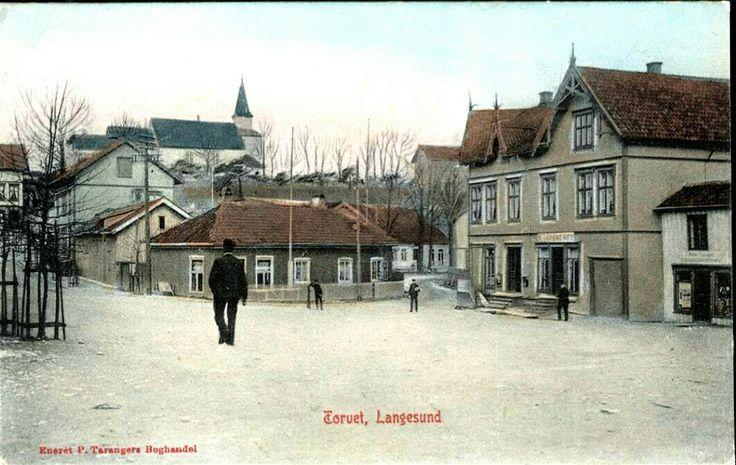 Telemark fylke Bamble kommune  LANGESUND. Kolorert motiv fra Torvet  Utg P. Tarangers Boghandel Stemplet 1905,