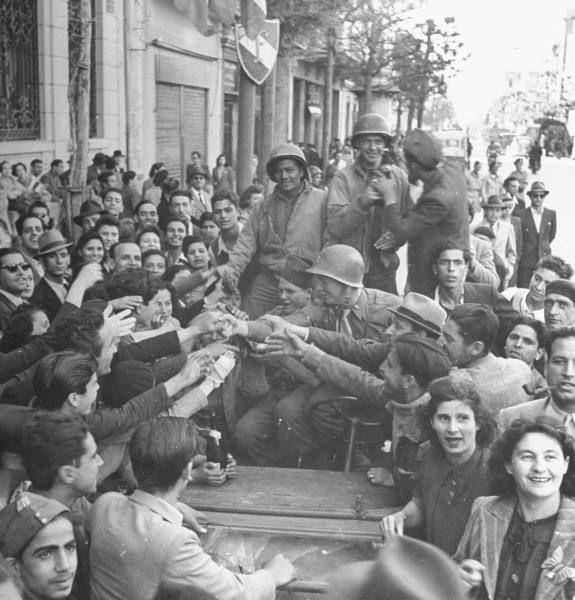 Accueil des soldats alliés dans Tunis lors de la libération de la ville