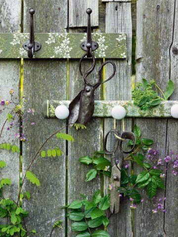 Des portemanteaux recouverts de tissus à fleurs verts, collés à la colle à bois