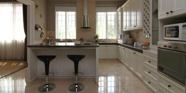 Meletakkan Posisi dapur di Depan rumah Posisi Dapur di Depan Posisi dapur layak dipertimbangkan ada di bagian depan rumah, menjadi area yang mudah terlihat dan terkontrol oleh penghuni rumah.