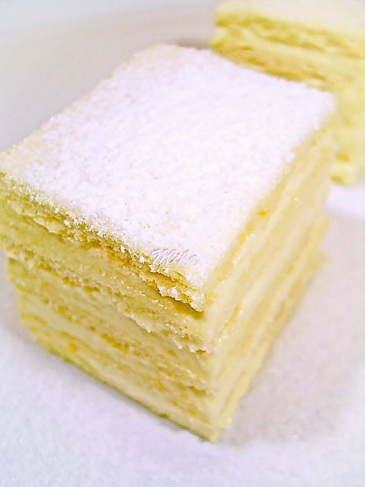 Mod de preparare Prajitura Alba ca Zapada: Foi:  Ouale le mixam cu un praf de sare si cu zaharul pana devin ca o crema. Adaugam uleiul cate putin, apoi bicarbonatul