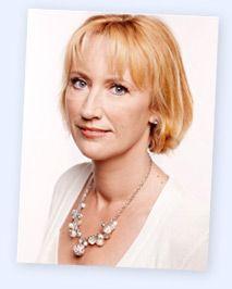 Dit is de schrijfster van het boek.Ze is geboren op 15 december 1966. Ze is geboren in Hoorn. Ze heeft meerdere boeken geschreven zoals : De amulet , Blauw water en De reünie.