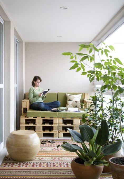 balcon-pequeno-con-muebles-de-madera.jpg (470×678)