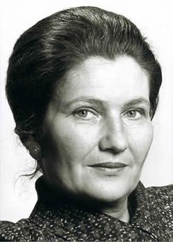 Simone Veil (1927-2017), femme politique française. En 1975, ministre de la santé, elle fait adopter par le parlement français la loi Veil légalisant l'avortement en France. Elle est la première femme à présider le Parlement européen de 1979 à 1982. Membre de l'Académie française depuis octobre 2008.