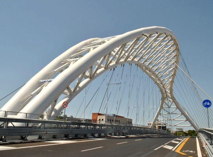 """Il 22 giugno, in occasione dell'apertura del nuovo ponte che unisce la via Ostiense con la Circ. Ostiense, un'importante testata nazionale, scrisse: """"Ecco il nuovo ponte, il 28° a Roma ad attraversare il Tevere"""". Sul 28 potremmo ragionarci, ma quest'ultimo ponte (160 metri di cui 125 capaci di due carreggiate con tre corsie per senso di marcia e un pista ciclabile) non scavalca il Fiume Biondo, ma la ferrovia!"""
