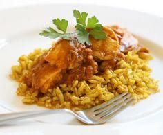 Il biryani è una gustosa ricetta tipica indiana a base di riso al quale si accompagnano carne o verdure, in questo caso tocchetti di pollo cucinati con spezie piccanti.