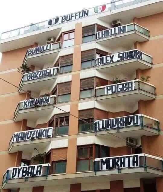 Od Buffona do Moraty, czyli jedenastka piłkarzy Juve na balkonach budynku • Oto zagorzali kibice Juventusu Turyn • Wejdź i zobacz >> #juve #juventus #football #soccer #sports #pilkanozna