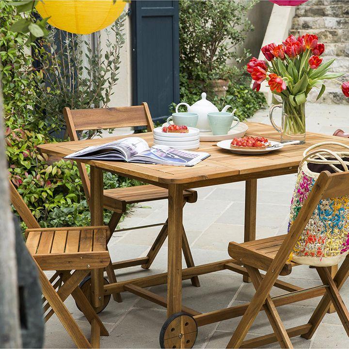 Decoração de: mesa e cadeiras dobráveis; Casa de Valentina