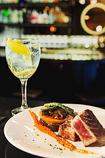 work hard and then Gin&Tuna Steak Gin Crooner Bar (Mercado de la Reina) en Madrid.