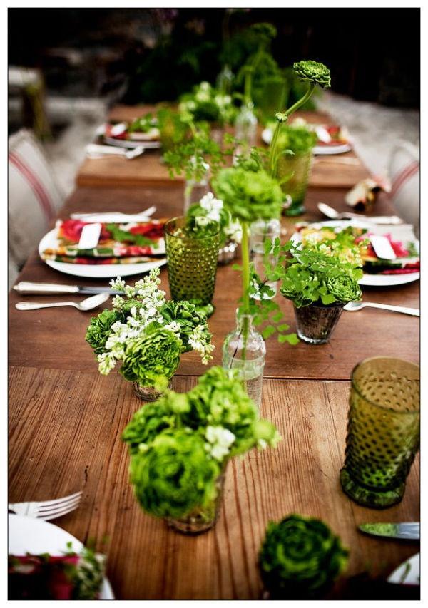 Une table entre bois et verdure pour un joli résultat naturel  #green #decoration
