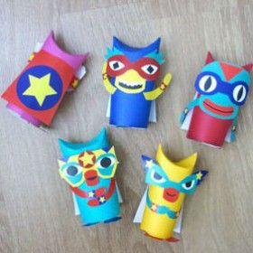 Créez, avec les enfants, des super-héros rigolos à partir de matériaux de récup' ! Pour les occuper l'été, découvrez tous nos ateliers DIY sur notre blog...