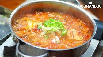 맛있는 돼지고기 김치찌개 Kimchi Stew キムチチゲ : 두만두 doomandoo - YouTube