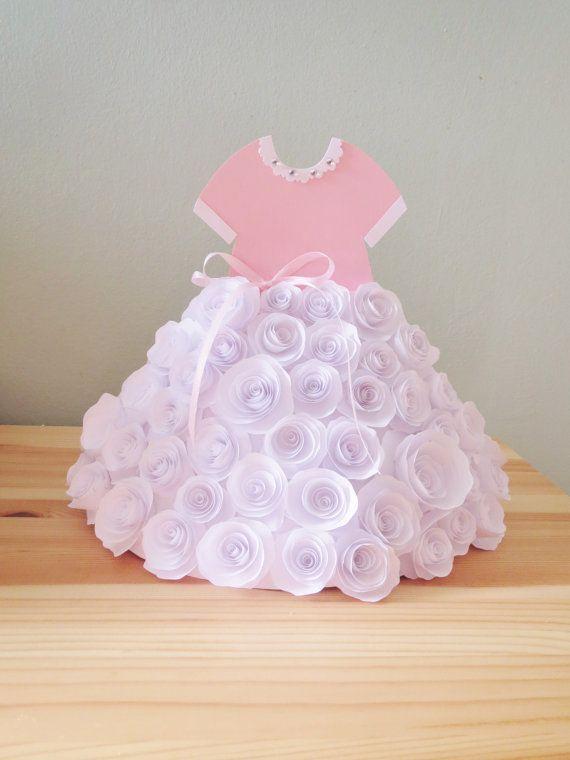 Centro de mesa vestido de niña. Falda en rosas de papel. Para ver como hacer rosas de papel dale click AQUÍ
