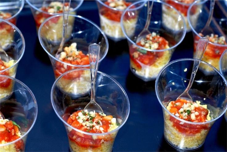 Cous-cous de mero, un simple cous cous con un poquito de tomate sin piel picado fino y un poco de pescado o marisco por encima con una vinagreta sencilla.
