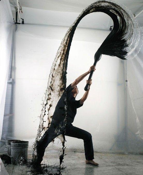 L'homme  joue avec le mouvement que procure l'eau lorsqu'on lui donne une impulsion.