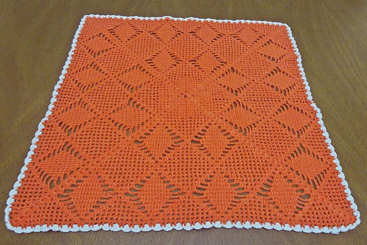 Toalha de mesa quadrada feita totalmente a mão com a técnica de crochê endurecido. <br> <br>Cor: Laranja <br> <br>A cor fica à escolha do cliente.