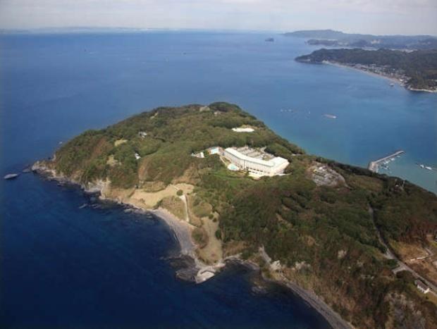 大房岬の中央、海抜60メートルに位置するホテルです。