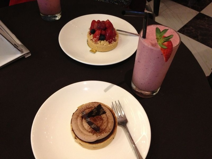 Fragolamico and Choc Au Caramel Tartes with A Love So Beautiful - Mixed Berries Smoothies @ High Society Mansion Café & Restaurant, Singapore