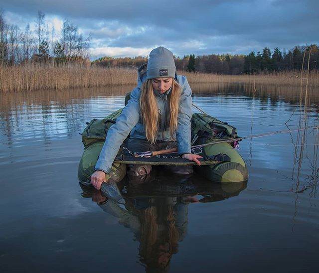Fishing photography, girls that fish. Simple living lifestyle inspiration from VAI-KØ Finland.