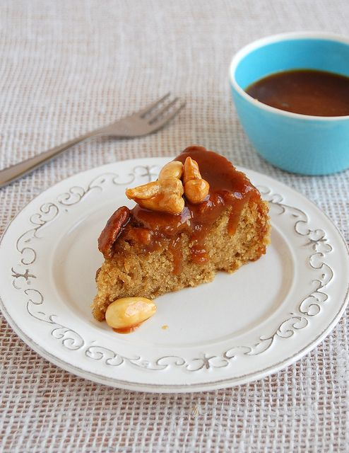 Brown sugar cake with mixed toffee nuts / Bolo de açúcar mascavo com nuts carameladas