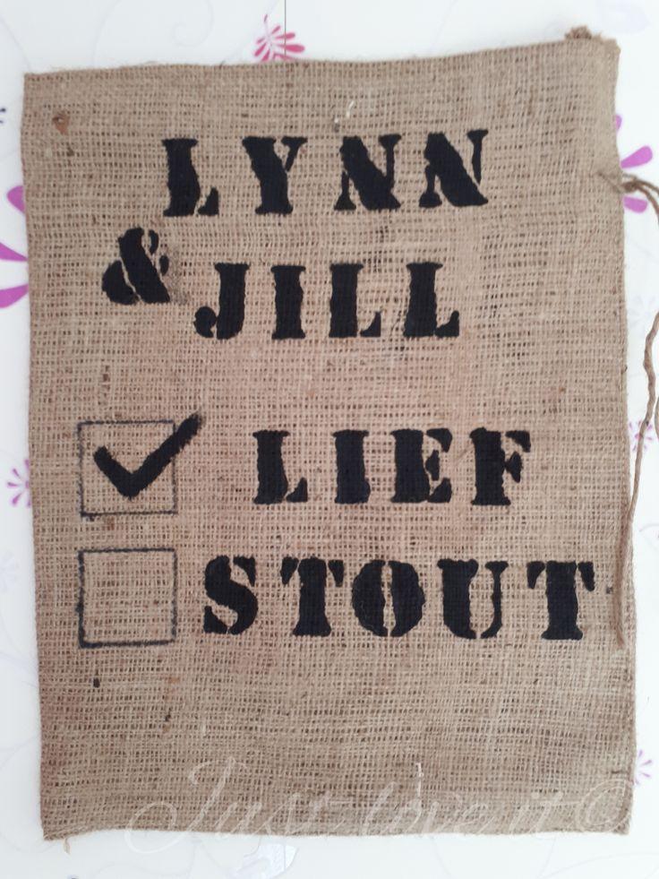 Lynn & Jill lief of stout?!  DE jute zak met een touwtje om de zak dicht te doen. Ideaal om de kado's van Sinterklaas in te doen!   Kan bedrukt worden naar wens. Bijvoorbeeld met de naam van je kind of een plaatje van Sinterklaas.   Ook mogelijk in andere groottes.  Prijs:   Bestellen? Stuur me een pb of stuur een mail naar just-love-it-belettering@hotmail.com