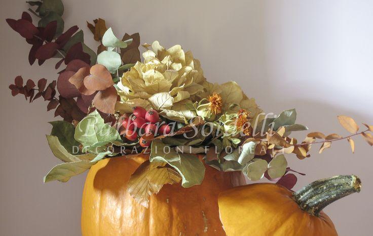 Halloween: zucca e composizione di fiori secchi