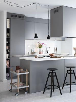 Köksinspiration. Grått kök med köksö från Ballingslöv. Köksluckan Bistro i färgen grå   Ballingslöv