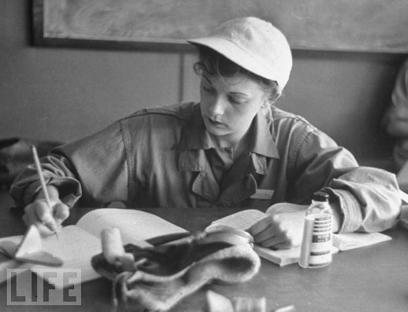 Women in World War II (10) Phyliss Jarman| Estagiária piloto no treinamento de voo usando seu boné de beisebol favorito. Ela escreve um relatório durante seu processo de treino para voar para o Esquadrão Feminino Auxiliar Ferrying, no campo Avenger, no Texas