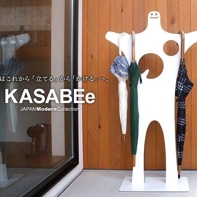 その他で、Otherの壁面アート/アイアン/見せる派/おかたづけ/JAM/デザイナーズ…などについてのインテリア実例を紹介。「KASABEe(カサベエ) 全国ネット朝の情報番組で便利なオシャレ雑貨としてKASABEeが紹介されました! 傘はこれから「立てる」から「かける」へ。  新しい切り口のデザイナーズアンブレラスタンド。 「傘立て」ではなく「傘掛け」。両手を広げたかわいいモチーフに最大傘を10本掛けられます。(折り畳み、ミニ傘含む)大事な傘を無理やり傘立てに収納して傷つけたりしてしまったことはないですか?『カサベエ』ならそんな心配は入りません。傘を掛けるだけの収納方法です。モチーフが愛らしい表情ですので、傘を掛ける楽しみも増えるでしょう。見た目もかわいくそして、新しい発想の便利な玄関アイテムです。カラーはブラックとホワイトの2色からお選び下さい。」(この写真は 2017-02-14 17:31:40 に共有されました)