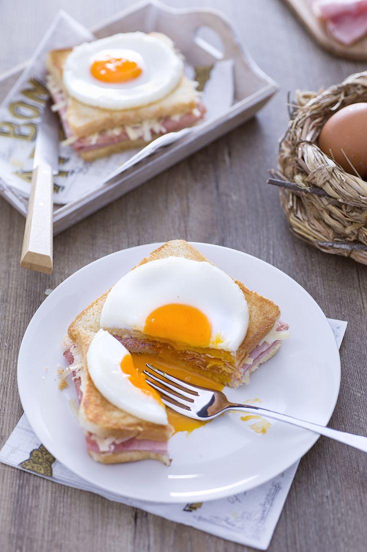 Per un #brunch o una sostanziosa colazione, almeno una volta nella vota è d'obbligo concedersi il #croque #madame! Facciamo un salto in #Francia, patria di questo #toast davvero speciale...non si riesce a resistere: #prosciutto, #formaggio, #pane #croccante e #uovo all'#occhio di #bue :-) #ricetta #GialloZafferano #frenchfood #frenchrecipe #ExpoMilano2015