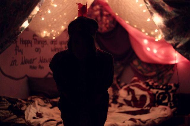 Eine Höhle aus Kissen, Decken und LIchterketten bauen und darin schlafen: erledigt. {To-do-Liste Nr.1} /2