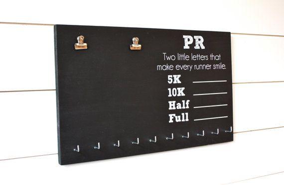 PR Race slabbetje en medaille houder op schoolbord  5K 10K