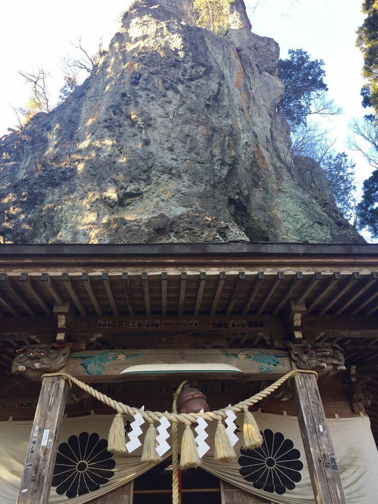 中ノ嶽神社 磐座の中にめり込んでる