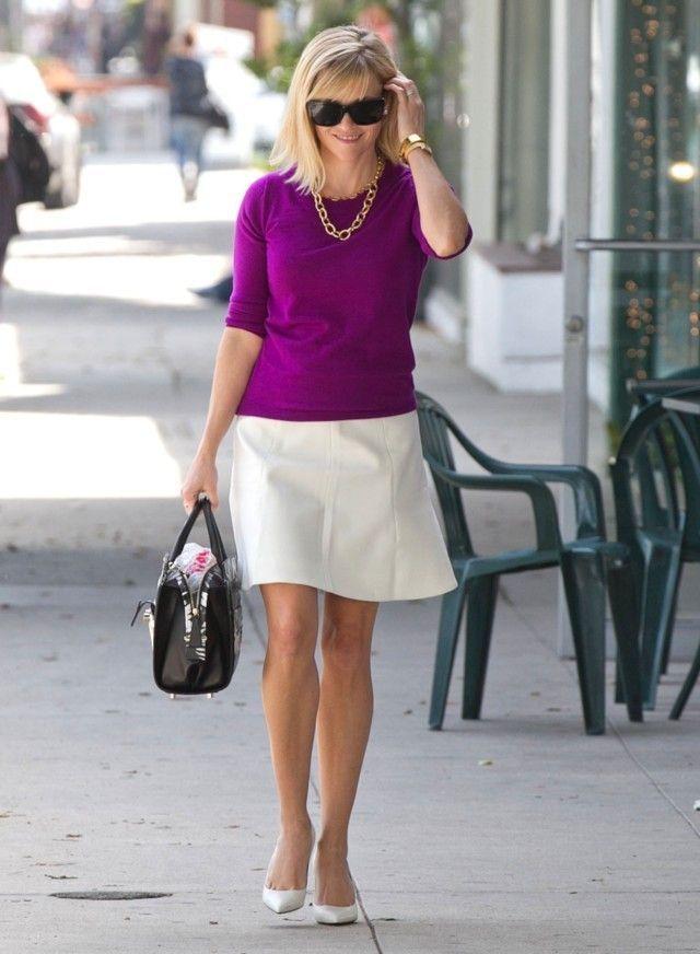"""A atriz Reese Whiterspoon, que nunca vamos esquecer no filme fofo """"Legalmente Loira"""" hoje tem um Estilo Elegante e casual na medida certa! Com 39 anos, apenas 1,56m de altura e 3 filhos, ela sabe como valorizar seu tipo físico Retângulo, magra e com poucas curvas, sempre valorizando e marcando a cintura. GUARDA-ROUPA Reese adora …"""
