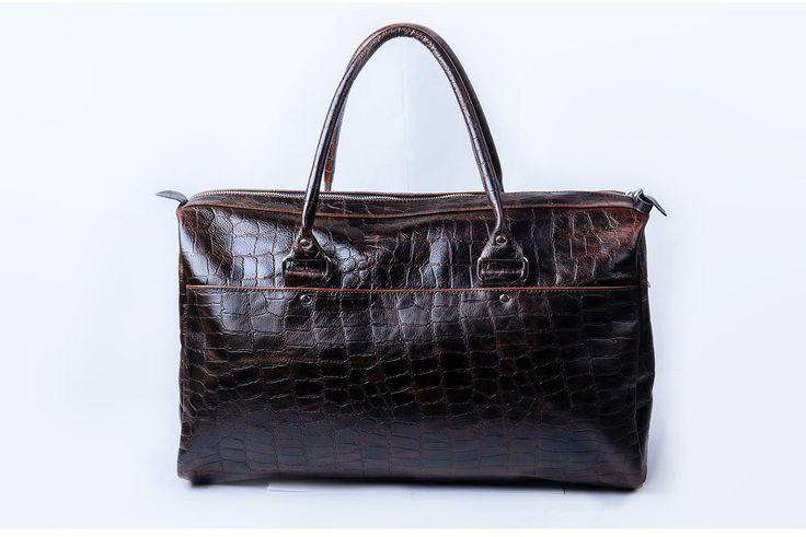 Arny идеальный вариант для коротких поездок на выходные и спортивных увлечений. Оптимальный размер сумки позволит уместить все самое необходимое и даже взять в самолет в ручную кладь. Материал - натуральная кожа, вместительный наружный карман на молнии для быстрого доступа к вещам, внутри подкладка и карман на молнии для ценных мелочей. Размер 45(ш)х20(г)х32(в)