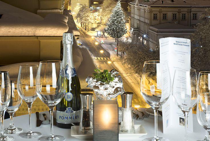 Genießen Sie den weihnachtlichen Zauber der Stadt und feiern Sie mit uns bei einem festlichen Weihnachtsdinner in einem unserer Salzburger Restaurants.