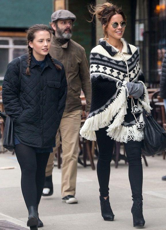 Кейт Бекинсейл и Майкл Шин на прогулке с дочерью  (4 фото)