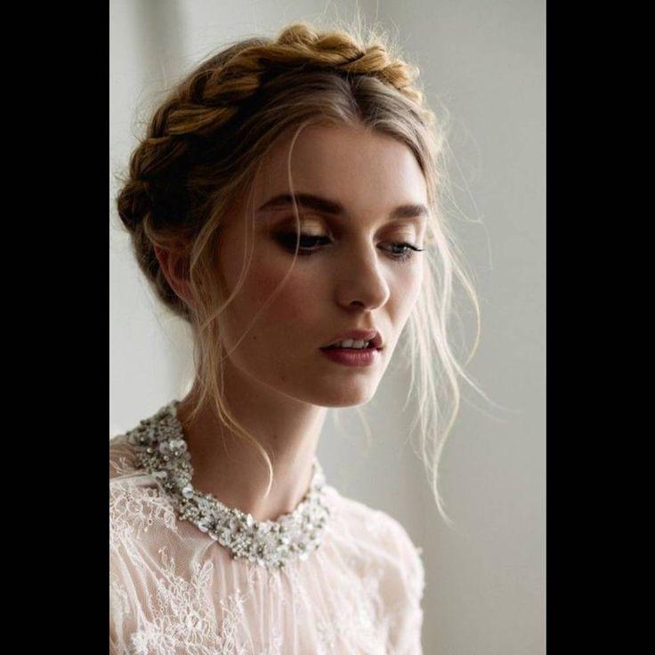 Coiffure cheveux mi longs en couronne de tresses coiffures pinterest coiffures - Coiffure couronne tressee ...