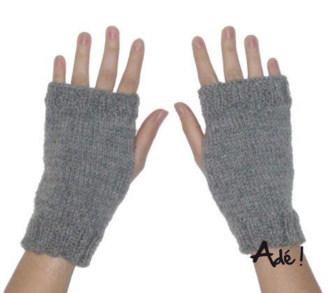Mitaines toutes simples Posté dans Mitaines, Tricotpar lespetitesmailles  Pour l'instant, je tricote surtout des mitaines, de motifs et de couleurs divers. Je les tricote sans les doigts parce que je trouve qu'elles tiennent plus chauds que celles avec les doigts qui coupent la circulation. En plus, elles sont vraiment faciles à réaliser, ce qui n'enlève rien au plaisir!  Pour commencer, je vous présente les toutes simples.