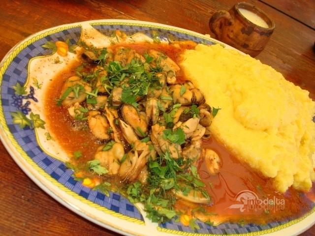 Midii in sos rosu picant. Reteta aici: http://www.info-delta.ro/retete-culinare-31/reteta/midii-in-sos-rosu-picant-177.html