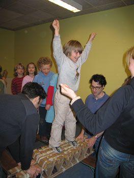 Bruggen bouwen met kinderen.