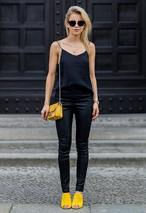 Comment porter un sac et des chaussures jaunes ? Avec un total look noir  basique