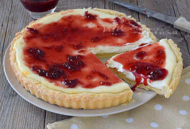 Crostata con ricotta e mascarpone, una frolla friabile, una morbida crema ed una copertura profumata con la marmellata o confettura che si preferisce.