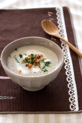 秋はきのこが美味しい季節ですよね〜!きのこを炒めてブレンダーを使って一気に手軽に滑らかなスープを作るレシピです。
