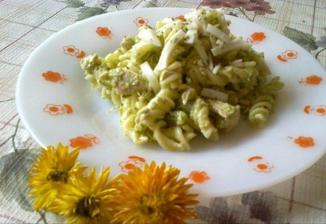 Brokkolis-csirkés tészta recept képpel. Hozzávalók és az elkészítés részletes leírása. A brokkolis-csirkés tészta elkészítési ideje: 40 perc