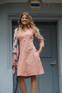 KARLOTTA is the princess dress for every occasion. Its many dividing seams give it a very pretty shape; it has practical pockets and is fastened on the side with an invisible zipper. The skirt is slightly flared. Three sleeve variants can be added to the dress: short or long tight sleeves as well as short kimono-style sleeves (slightly flared).  Suitable for intermediate sewing skills: You should be familiar sewing an invisible zip.  Length from shoulder: 102 cm | 40,2 in from waist 60 cm…