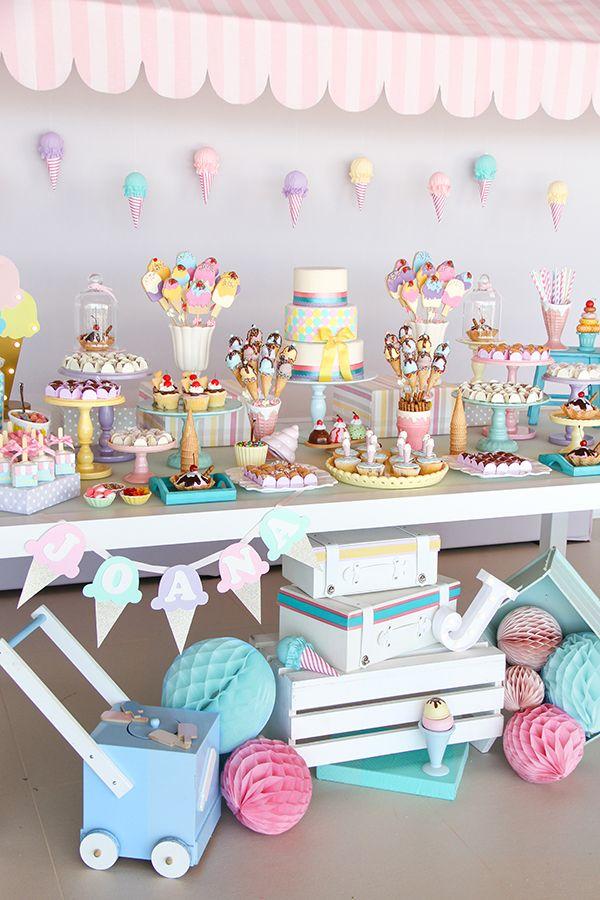 Decor assinado por Fabiana Moura traz doces decorados Sweet Carolina, peças Pop Mobile e lembrancinhas Give a Gift. Vem ver a sorveteria da Joana!