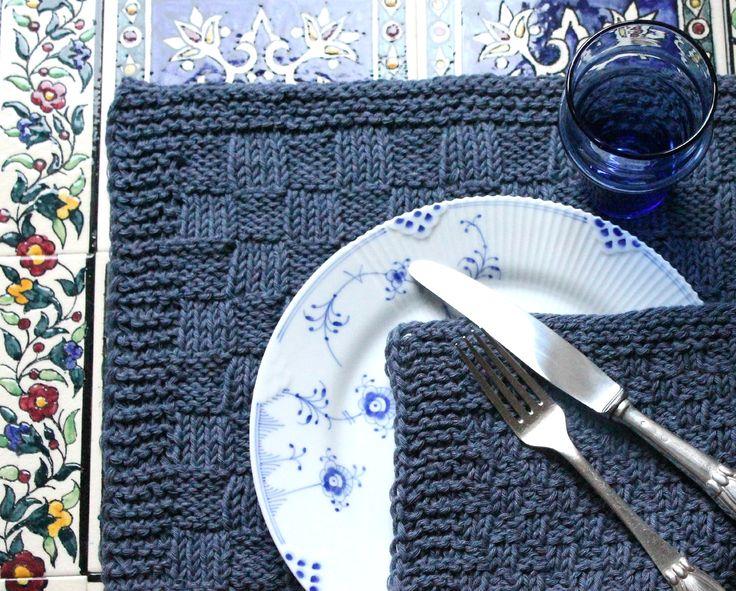 Blue denim holder altid. Jeg har brugt ren bomuld til dækkeservietter og mundservietter, fordi det er det nemmeste at vaske, og denimgarnet kun bliver smukkere af vask, men det mellemtykke bomuldsgarn fås udover 4 denimblå nuancer i vildt mange farver, så det er ikke svært at finde den farve, der passer bedst til lige netop din stue. Strukturmønsteret beskrives i…