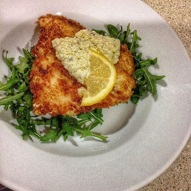 www.sizzlefish.com  Simple & classic with a citrus kick! @mainegirl2runs fried a piece of Atlantic cod and served it over arugula with lemon chive dressing and cream cheese spread! _ Head to our website: www.sizzlefish.com to order your perfectly portioned fish and shellfis